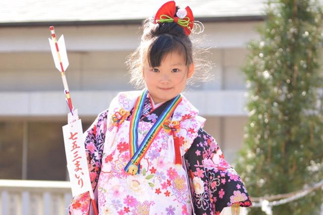 振袖撮影・子供写真・証明写真の撮影なら東京都新宿区の【Studio7】-ご希望の場所へ出張しての撮影も行います・記憶に残る素敵な写真を!-七五三で女の子が着物を着て記念撮影をしている画像
